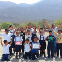 3 Docentes y estudiantes posan con premio FONDEP, antes de la pandemia.